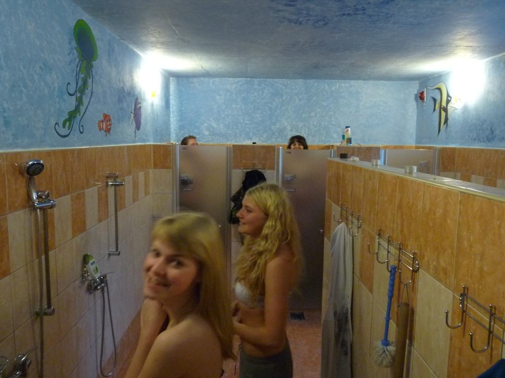 prsatky holky ve sprše